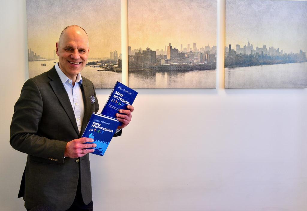 """Edgar Valdmanis med sin bok """"Better networking on 1-2-3"""""""